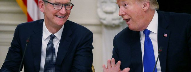 """Trump chiama Cook """"Tim Apple"""" e Tim Cook lo trolla su Twitter"""