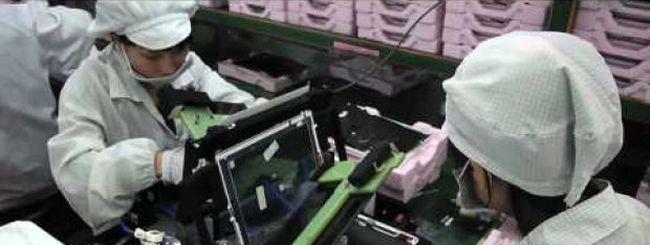 Un video mostra gli operai Foxconn al lavoro