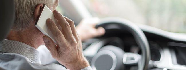 Smartphone alla guida, legge più severa