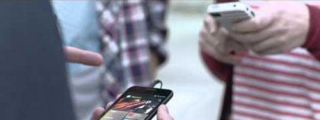 Il nuovo spot Samsung prende ancora in giro i fanboy di Apple ma non convince