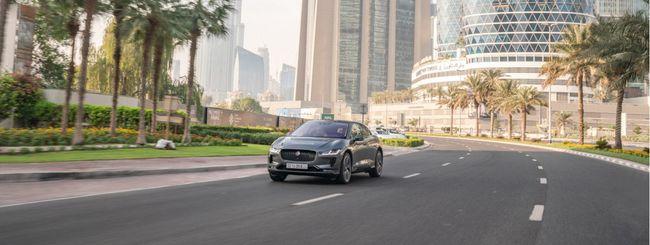 Jaguar I-PACE guida da sola per le strade di Dubai
