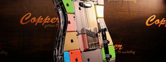 Una chitarra elettrica fatta con 106 iPhone (e funziona pure!)