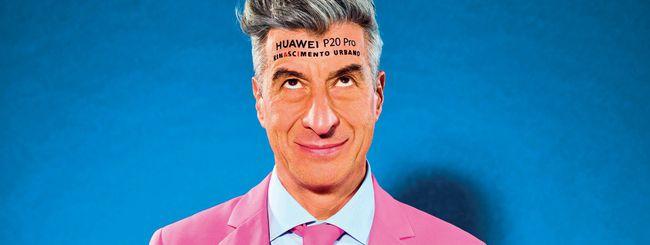 Maurizio Cattelan col Huawei P20 Pro in testa