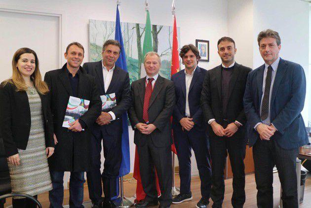 Giulio Corno (CEO di Triboo S.p.A.) e Gio Giacobbe (Managing Director della divisione eCommerce del Gruppo) ricevuti dal Console italiano a Shanghai, Stefano Beltrame, per celebrare l'apertura di Triboo Shanghai.